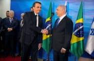 31日、イスラエルのネタニヤフ首相(右)と握手するブラジルのボルソナロ大統領(エルサレム)=ロイター