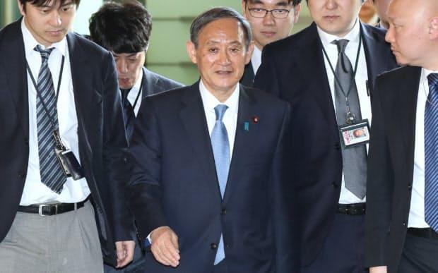 首相官邸に入る菅官房長官(1日午前8時半ごろ)