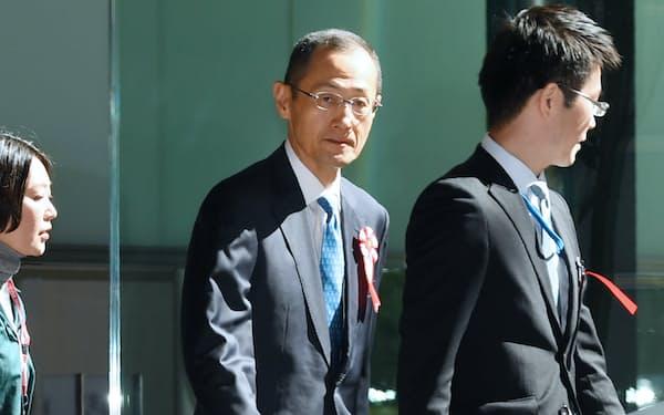 有識者の懇談会のため首相官邸に入る京都大学の山中伸弥教授(1日午前9時ごろ)