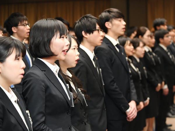東芝グループ入社式で社歌を歌う新入社員(1日午前、東京都港区)