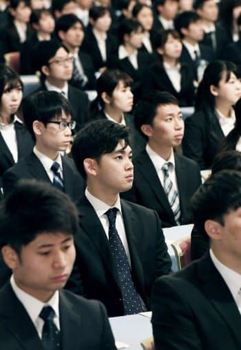 みずほフィナンシャルグループの合同入社式に臨む新入社員(1日午前、東京都港区)