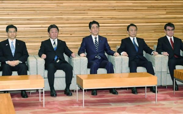 全閣僚会議に臨む安倍首相と閣僚(1日午前11時ごろ、首相官邸)