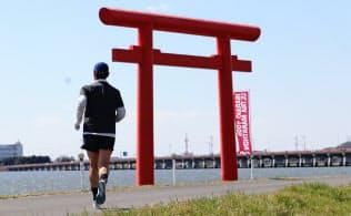 住む地域にウルトラマラソンができたのだから、避けるわけにはいかないではないか=撮影・池田博一
