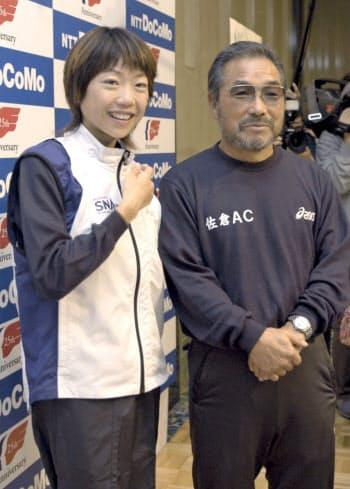 2003年11月、東京国際女子マラソンの記者会見で、高橋尚子選手(左)と写真に納まる小出義雄氏(東京都内のホテル)=共同