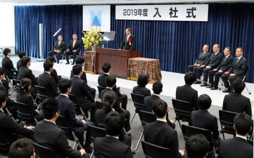 日本製鉄の入社式で訓示を述べる橋本英二社長(1日午前、東京・丸の内)