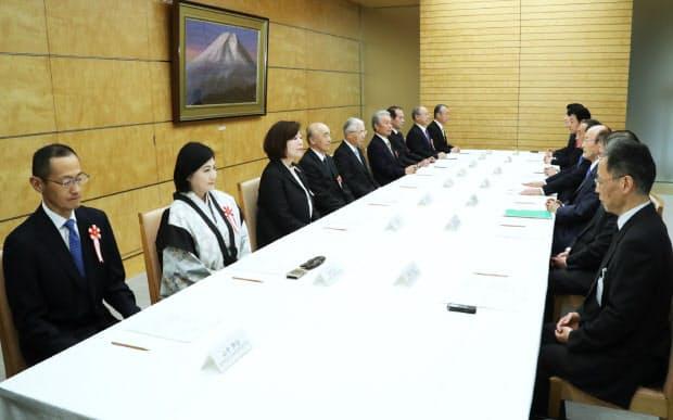 新元号に関する懇談会に臨む有識者ら(1日午前9時半ごろ、首相官邸)