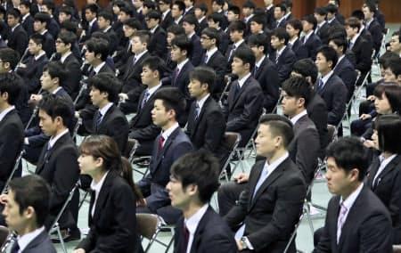 九州電力の入社式で池辺社長のあいさつを聞く新入社員(1日、福岡市城南区)