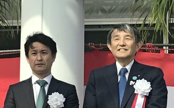 記念式典でテープカットに臨む和歌山県の仁坂吉伸知事(右)と岡田信一郎社長(和歌山県白浜町)