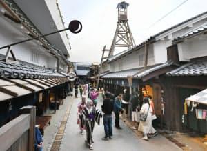 再現された江戸期の町並みを見る訪日外国人ら(大阪市北区の大阪くらしの今昔館)