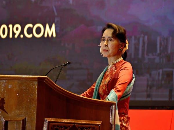 ミャンマー政府の投資フォーラムで講演するアウン・サン・スー・チー国家顧問(1月、ネピドー)