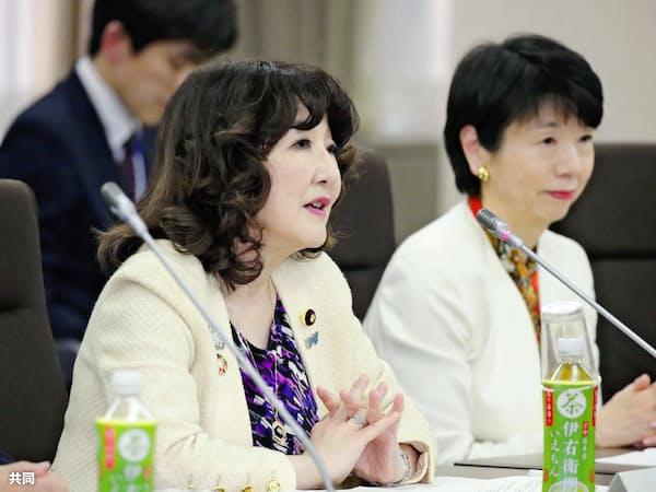 片山さつき氏(左)の担当閣僚としての調整力が問われている