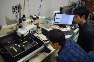 暗黒物質探索に用いる装置で、イオンの飛跡を読み取る。名古屋大学で。