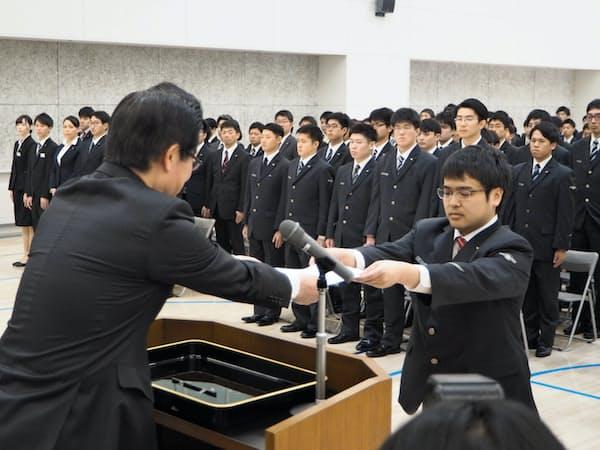 JR北海道の島田修社長(左)は安全重視の徹底を求めた(1日、札幌市)