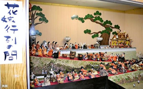 「町家の人形めぐり」の特設展示場で花嫁行列をジオラマ風に再現した部屋(1日、和歌山県九度山町)=共同
