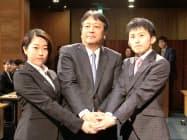 入社式で新入社員と握手するマツダの丸本社長(1日、広島県府中町)