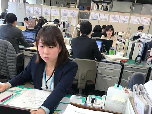 新元号への対応を周知させる文書を作る県庁職員(山形市の山形県庁)