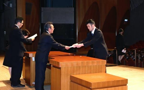 千葉県の入庁式には700人近くが出席した(1日、千葉市内)