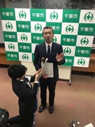 記者団の取材に応じる鏑木一誠・千葉市動物公園長(千葉市役所)