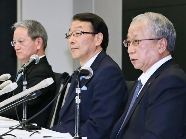 統合発表の会見で十八銀の森頭取(右)の表情は硬かった。(16年2月、福岡市)