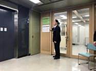外国人人材相談窓口の入り口(香川県庁、看板の横は浜田知事)