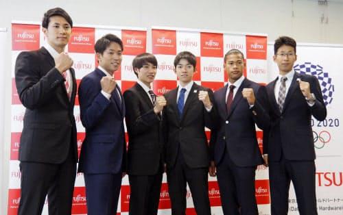 記者会見でポーズをとる富士通陸上部の(右から)荒井広宙、ウォルシュ・ジュリアンら新加入選手(1日、東京都港区)=共同