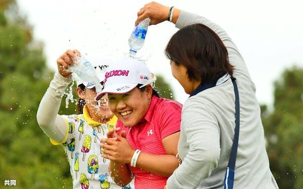 米女子ゴルフでツアー3勝目を挙げ、祝福される畑岡奈紗=中央(3月31日、米カリフォルニア州、アビアラGC)=共同