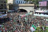 3月29日、アルジェでブーテフリカ氏の辞任を求めるデモに参加した人々=ロイター