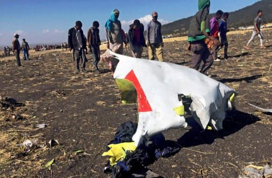 エチオピア当局は飛行記録や音声データの分析を進めている(エチオピアの事故現場)=ロイター