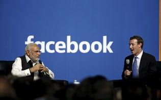 インドでは総選挙を前にソーシャルメディアを通じた偽情報の拡散が懸念されている(2015年9月、米カリフォルニアで会談するインドのモディ首相(左)とフェイスブックのザッカーバーグCEO)=ロイター
