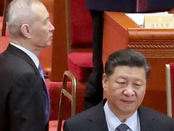 政治協商会議の閉幕式に臨む、習近平国家主席と劉鶴副首相(左)=3月13日、北京(横沢太郎撮影)