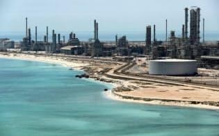 サウジアラムコが操業するペルシャ湾岸にあるラスタヌラ製油所とターミナル=ロイター