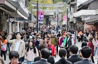 多くの観光客でにぎわう太宰府天満宮の参道(2日、福岡県太宰府市)