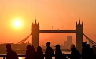 ロンドンブリッジを渡りシティーへ向かう朝の出勤の列=ロイター