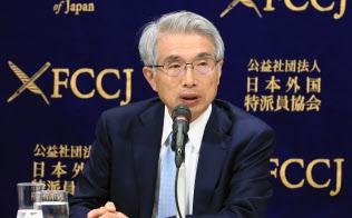 記者会見する弘中惇一郎弁護士(2日午後、東京都千代田区)