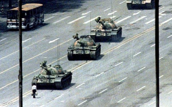 1989年6月4日、民主化を求めて北京の天安門広場に集まった学生ら一般市民のデモ隊を、人民解放軍が武力鎮圧し多数の死傷者を出した=ロイター