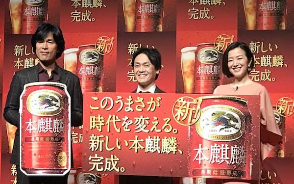 マーケティング部長を務める山形光晴常務執行役員(中)はキリンのマーケティング改革を進めている(本麒麟のCM発表会)