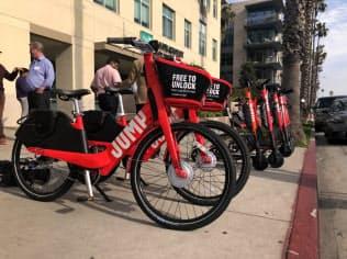 シェアリングサービス向けの自転車やスクーター(米カリフォルニア州サンタモニカ)