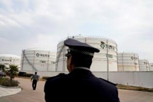 景気減速懸念が原油相場の重荷に(上海の貯蔵施設)=ロイター
