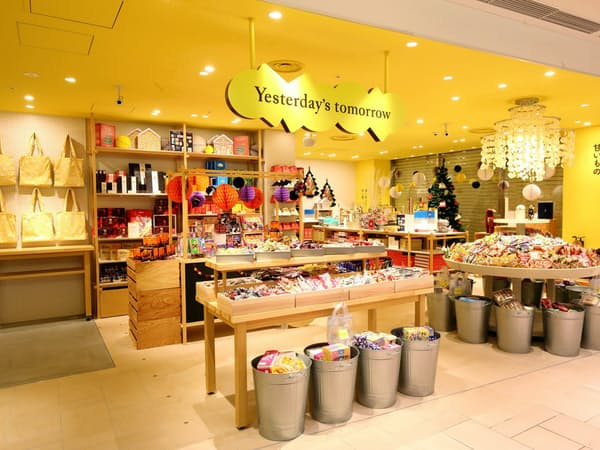 「Yesterday's tomorrow」の店内にはアイスやスナック菓子など定番のお菓子がずらりと並ぶ(東京・吉祥寺)