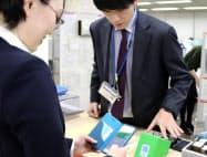 福岡市の窓口や公共施設でキャッシュレス決済の利用シーンを拡大する(1日、福岡市の中央区役所)