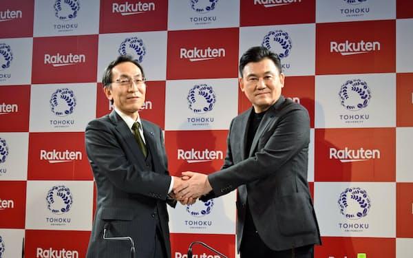 協定締結式で握手を交わす東北大学の大野学長(左)と楽天の三木谷会長兼社長(2日、仙台市)