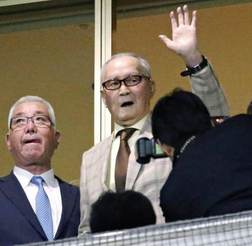 本拠地開幕戦を観戦に訪れ、観客の声援に応えるプロ野球巨人の長嶋茂雄元監督(2日、東京ドーム)=共同