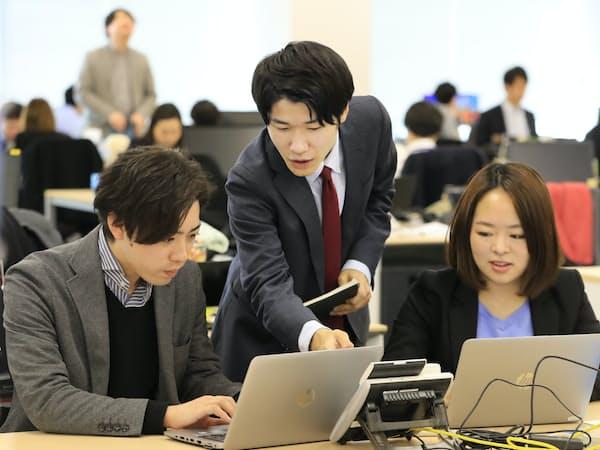 「お試し」の主任として営業チームをまとめるエン・ジャパンの小野里渓さん(中)(東京都新宿区)