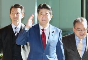 首相官邸に入る安倍首相(2日午前)