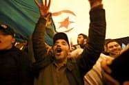 アルジェリアのブーテフリカ大統領の辞任を喜ぶ同国市民ら=AP