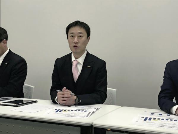記者会見する東名の山本文彦社長(3日、名証)