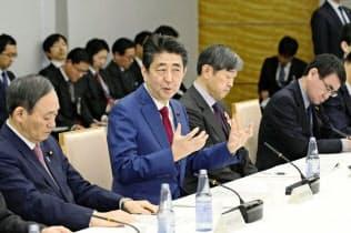 温暖化対策の長期戦略策定に関する有識者会議であいさつする安倍首相(2日午後、首相官邸)