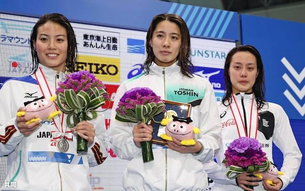 女子200メートル個人メドレーの表彰台でポーズをとる(左から)2位の大本里佳、優勝の大橋悠依、3位の今井月(3日、東京辰巳国際水泳場)=共同