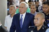 法廷に入るマレーシアのナジブ前首相(中)(3日、クアラルンプール)=AP