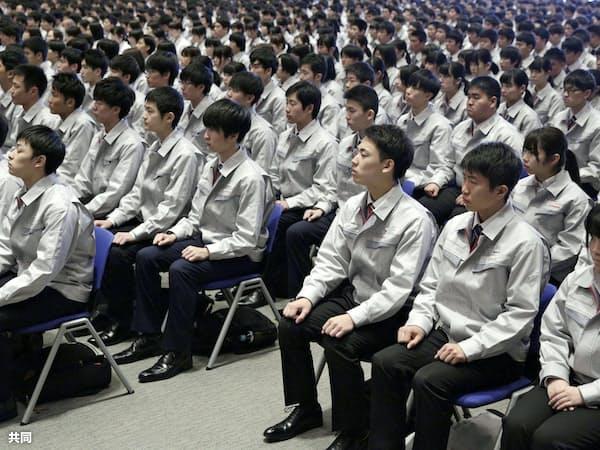 トヨタ自動車の入社式に出席した新入社員たち(1日午前、愛知県豊田市)=共同